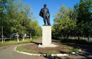 Памятник нефтяникам – основателям города