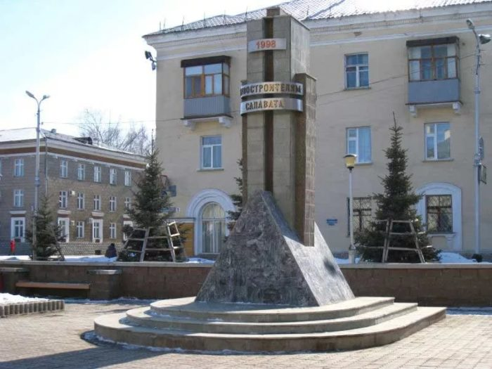 Памятник В. И. Ленину и памятник первостроителям