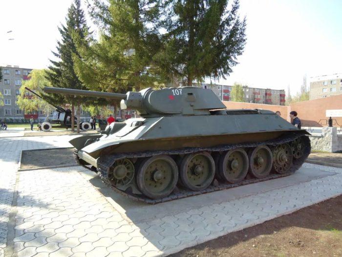 Памятник-танк Т-34-76 и Мемориальный комплекс «Вечный огонь»