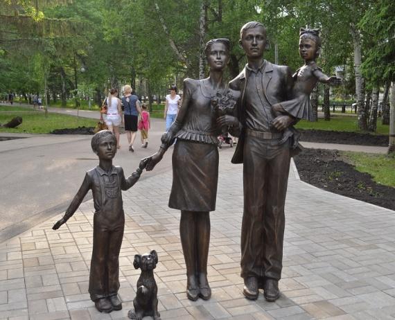 Скульптурная композиция «Здравствуйте» (памятник семье)