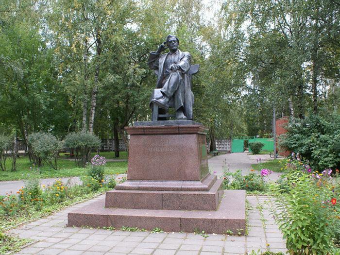 Памятник В. Я. Шишкову