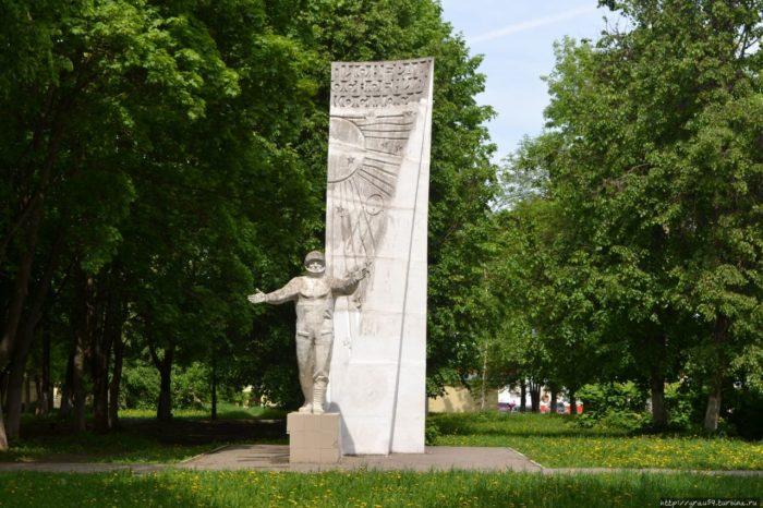 Памятник «Пионерам освоения космоса»