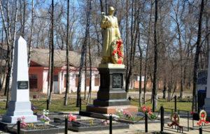 Памятник «Скорбящий воин с венком»