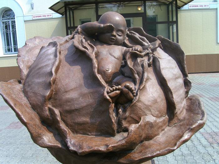 Скульптура «Младенец в капусте»
