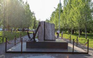 Памятный камень морякам