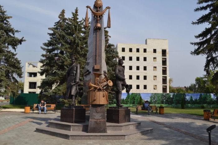 Памятник Агапкину и Шатрову