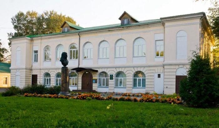 Краеведческий музей в здании Путевого дворца