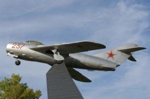 Памятник первооткрывателям реактивной авиации на аэродроме Кубинка и другие самолёты на постаментах