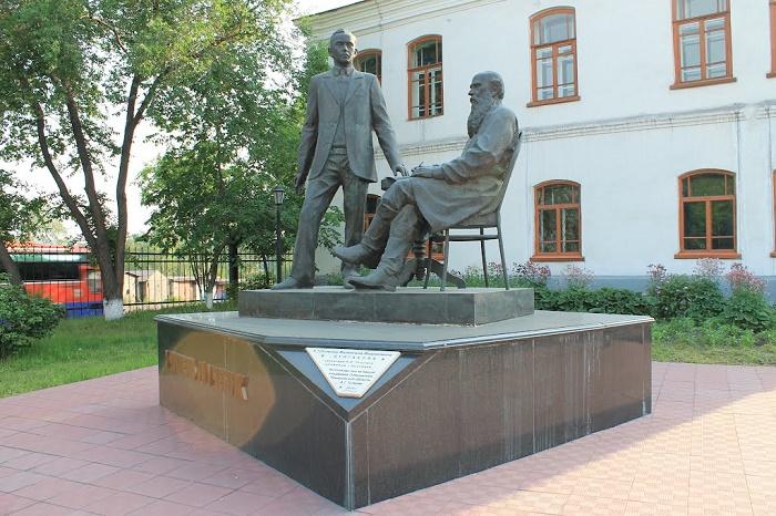 """Памятник """"Учитель и ученик"""""""