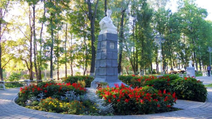Памятник Илье Тутаеву