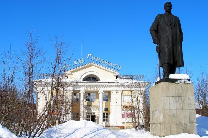 Кинотеатр имени Горького и памятник писателю