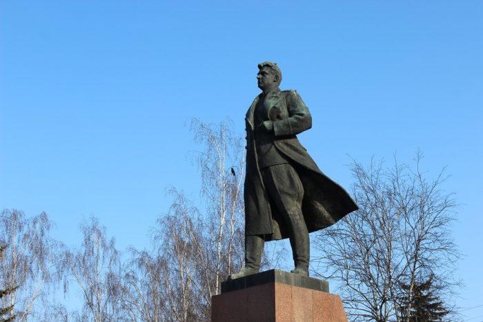 Памятник Ивану Даниловичу Черняховскому