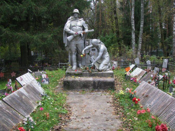 Братская могила в деревне Марьино