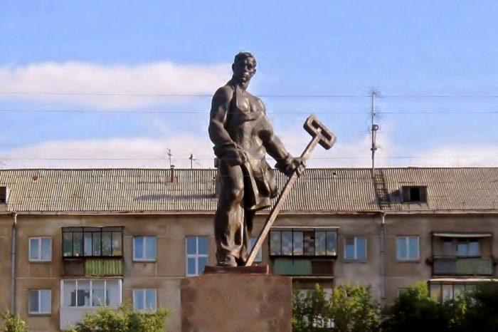 Памятник металлургу
