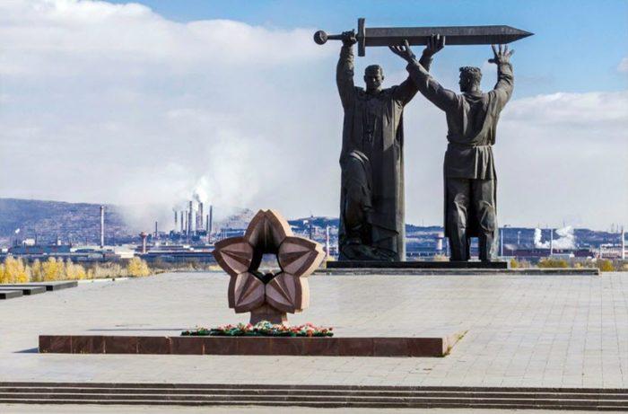 Скульптурная композиция «Тыл – фронту»